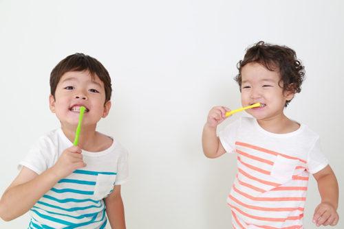 歯磨きをする男の子